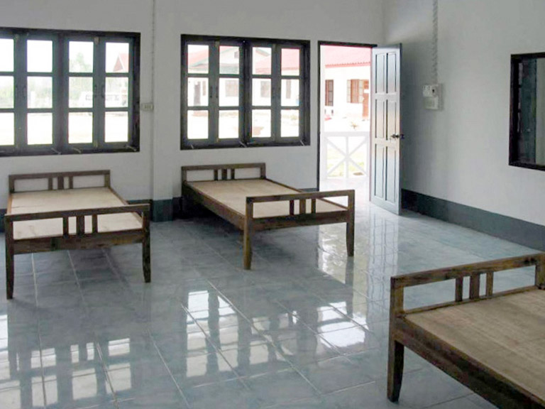 Neue Patientenzimmer Distriktspital Muang Kahm (2006)