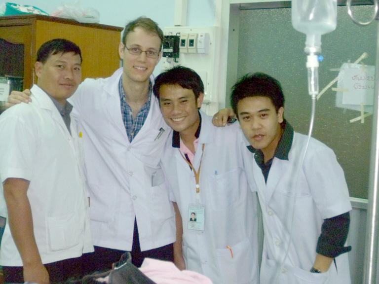 Laotisches Ärzte-Team mit Schweizer Medizinstudent