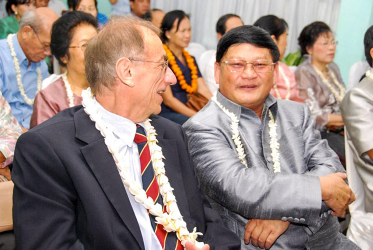 Prof. Bouavanh Sensathit (rechts) im Gespräch mit Dr. Urs Lauper