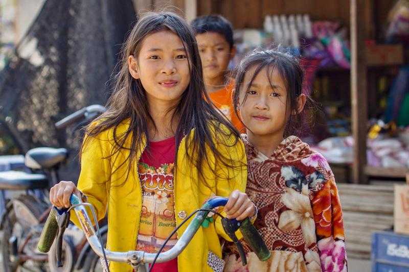Mädchen mit Fahrrad in Laos