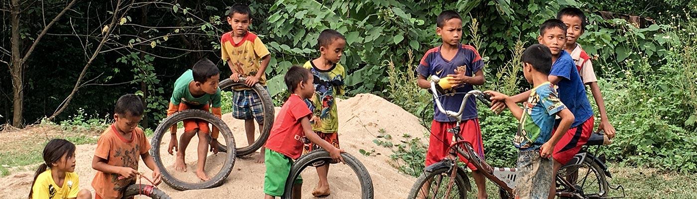 Spielende Kinder in Laos