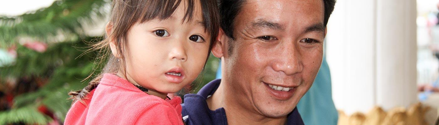 Laotischer Vater mit seinem Kind