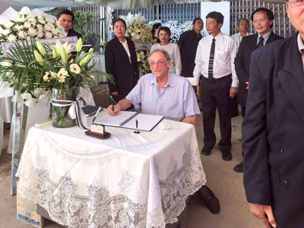 Dr. Urs Lauper signs the book of condolence for Prof. Bouavanh Sensathit on behalf of the Swiss Laos Hospital Project