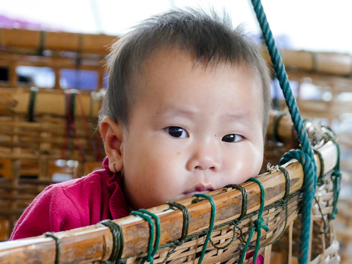 Laotisches Kleinkind in der Wiege