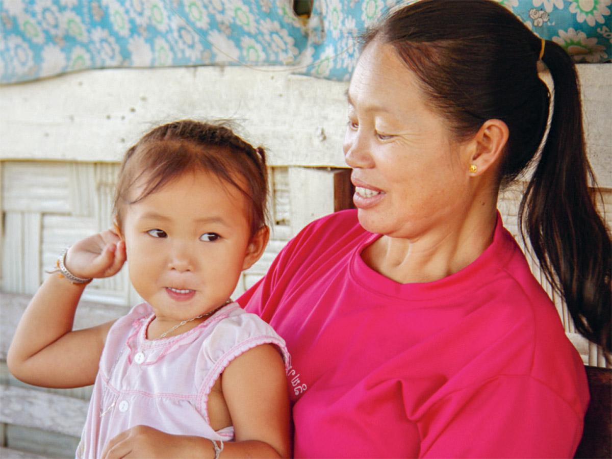 Eine laotische Mutter mit ihrem Mädchen