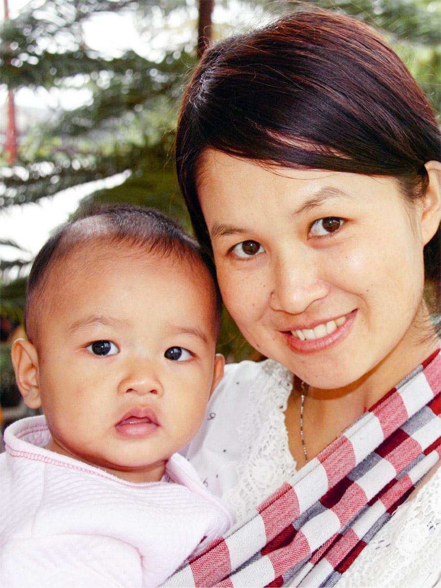 Junge laotische Mutter