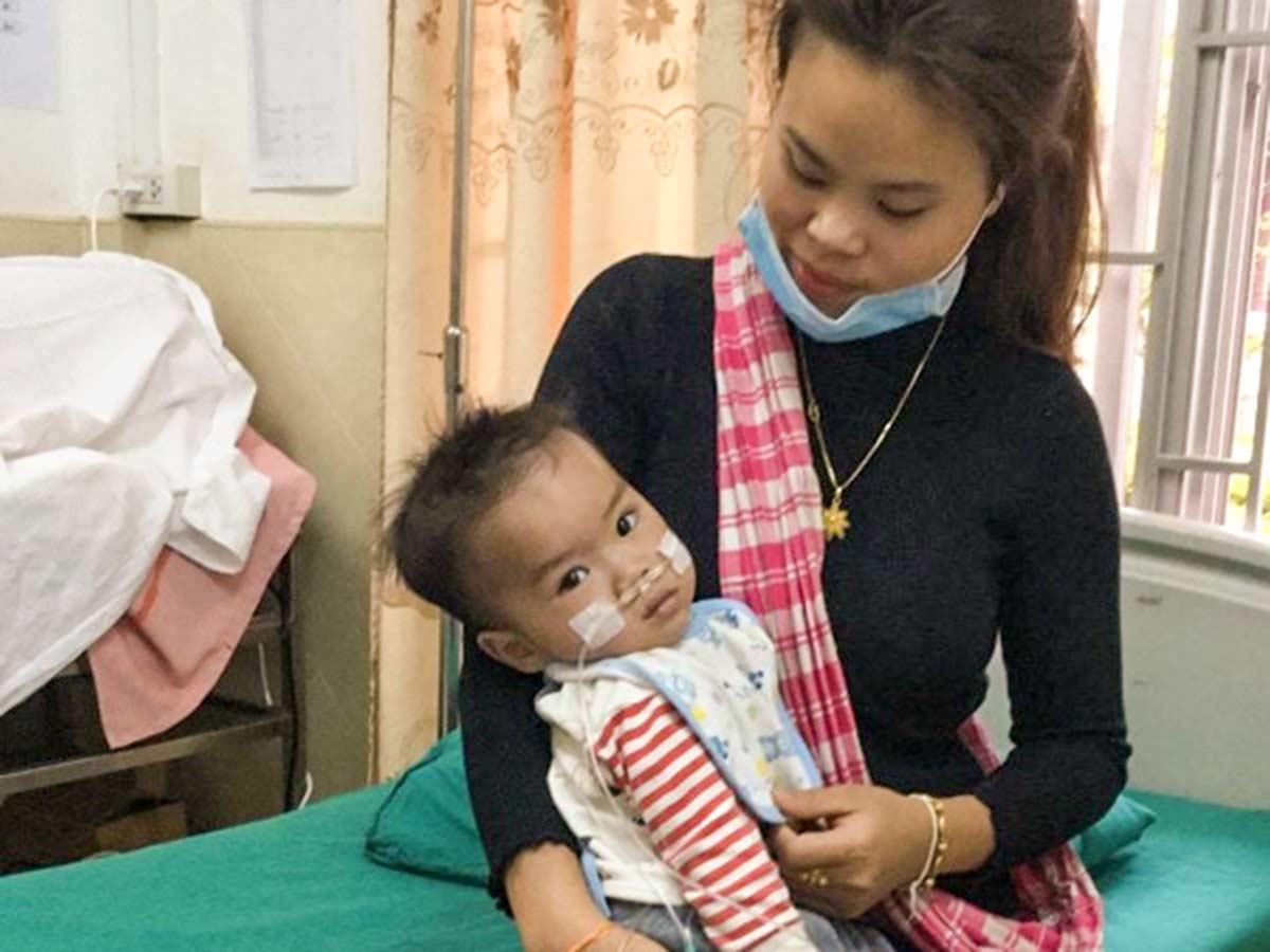 Knabe mit Lungenfehlbildung und seine Mutter