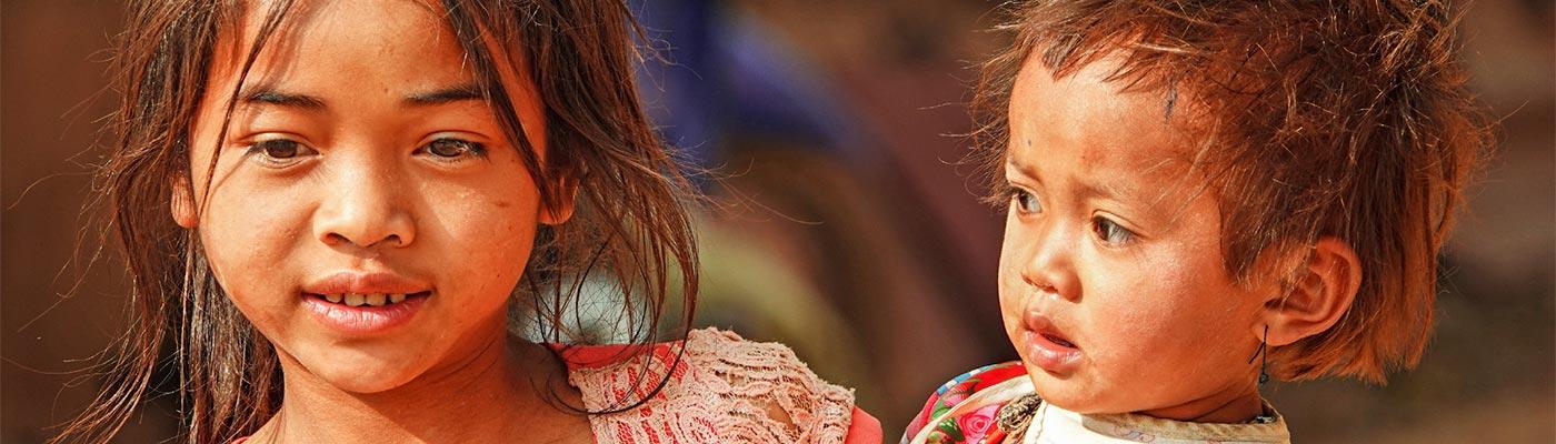 Mädchen mit Kleinkind in Laos
