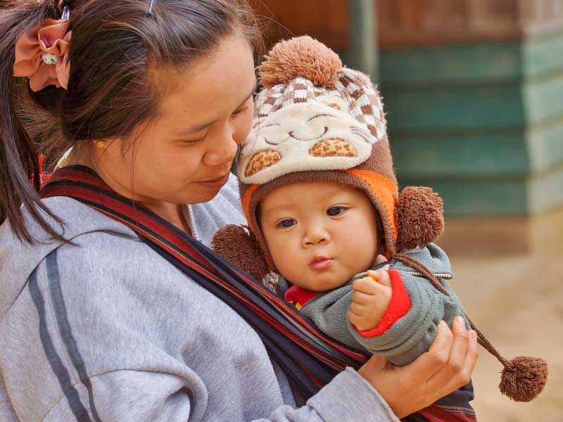 Mutter mit Baby in Laos